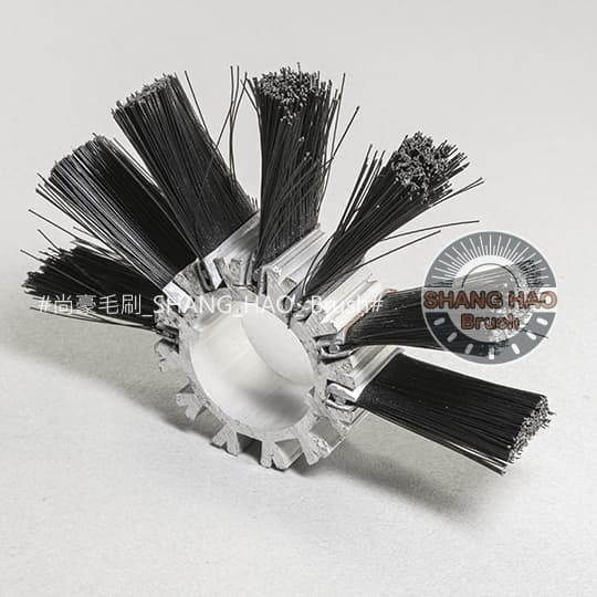 鐵片輪刷-鐵片毛刷放置於鋁擠型底座